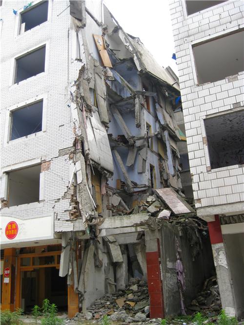 9级,地震破坏房屋多为框架结构,砖混结构,底框复合结构,其中10层以下